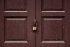 Hänglås på en forntida dörr Royaltyfria Bilder