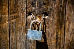 Hänglås på en gammal dörr Royaltyfri Foto