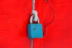 Hänglås på ett metallkabinett i rött Royaltyfri Foto