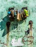 Hänglås på grungeväggen Royaltyfria Bilder