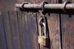 Hänglås slut upp den wood dörren med låst metall Arkivfoton