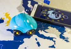 Hänglåset och EU sjunker inom en smartphone och EU-översikten, GDPR-metafor Royaltyfri Fotografi