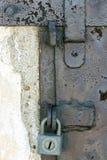 Hänglåset på låsa Arkivfoto