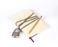 Hänglåset skyddar boken i ett begrepp skyddar på hemligheten inf Royaltyfria Bilder