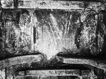 Hänglåset var den gamla kedjan som vilar på gammalt trä för bakgrunden framförde den svarta bilden för begreppet 3d white Royaltyfri Bild