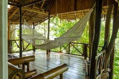 Hängmatta inom en woddenbungalow i djungeln Royaltyfria Foton