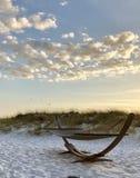 Hängmatta på stranden med sanddyn royaltyfri foto