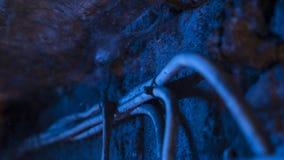 Hängning för elektriska kablar under tak i källare Arkivfoto