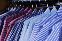 Hängning för klänningskjorta på kuggen Arkivbild