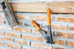 Hängning för konstruktionsutrustning på tegelstenväggen arkivfoto