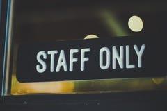 Hängning för ` för tecken`-personal endast på dörr royaltyfri fotografi