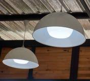 Hängning för vit lampa på tak Royaltyfri Bild