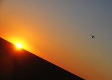 Hängning-glidflygplan i himlen Royaltyfri Bild