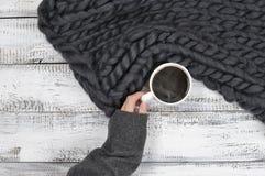 Hängning med varmt kaffe arkivfoto