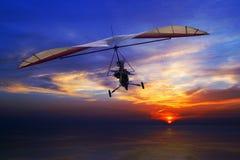 Hängningglidflygplan i solnedgången Fotografering för Bildbyråer