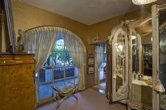 Hängt upp gardiner ärke- fönster med dressingtabellen i förgrund Royaltyfria Bilder