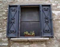 hängt upp gardiner fönster Arkivbild