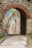Hänrycka bågen till slotten av Trencin i Slovakien Fotografering för Bildbyråer