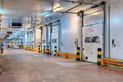 Hänrycka dörren för kylförvaring för systempäfyllningsskeppsdockan inom distribu Royaltyfri Fotografi