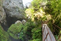 Hänrycka klättring in i den enorma grottan för halsen för jäkel` s i de Rhodope bergen Arkivfoto