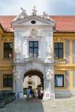 Hänrycka porten av abbotskloster i Durnstein, Wachau, Österrike Arkivbild