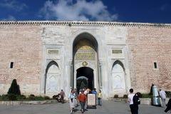 Hänrycka porten av den Topkapi slotten i Istanbul, Turkiet arkivfoto