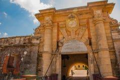 Hänrycka porten Fortaleza de San Carlos de La Cabana, fort av den St Charles ingången havana Gammal fästning i Kuba royaltyfri foto