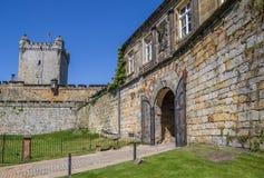 Hänrycka porten och tornet av bergstoppslotten i dåliga Bentheim Royaltyfri Fotografi