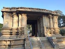 Hänrycka porten till den Sri Keerthinarayana templet på Talakadu, Karnataka Arkivfoto