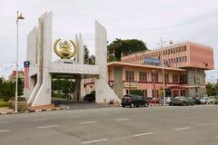 Hänrycka porten till slotten Istana Maziah för sultan` s i Kuala Terengganu, Malaysia royaltyfria bilder
