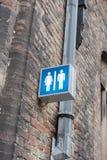 Hänrycka tecknet för en offentlig toilette i Brugge royaltyfria bilder