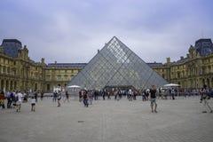 Hänrycka till Louvre museet Paris Frankrike September 2017 Arkivfoton