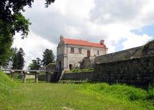 Hänrycka tornet och överbrygga till den medeltida slotten i Zbarazh Arkivfoto