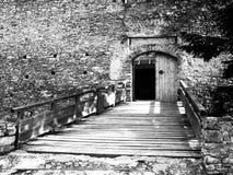 Hänrycka träbron och porten av den medeltida fästeKasperk slotten nära Kasperske Hory i sydliga Bohemia, Sumava Royaltyfria Foton
