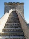 Hänrycka trappuppgången till Torre Lapillo nära Porto Cesareo i Salento italy Arkivfoton