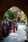 Hänrycka utfärda utegångsförbud för Htilominlo pagod Bagan myanmar arkivfoton