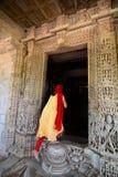 Hänrycka utfärda utegångsförbud för jain tempel Ranakpur Rajasthan india arkivbilder