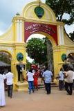 Hänrycka utfärda utegångsförbud för Ruhunu Maha Kataragama devalayatempel Kataragama sjö Sri Lanka royaltyfri foto