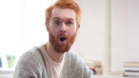 Häpen förvånad man med röda hår lager videofilmer