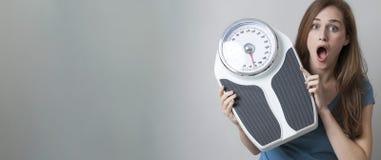 Häpen kontroll för vikt för ` s för ung kvinna, titelrad med kopieringsutrymme Arkivbilder