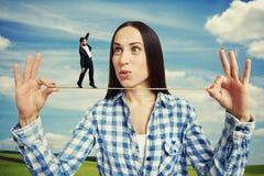 Häpen kvinna och liten man på repet Arkivbilder