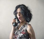 Häpen kvinna som talar på telefonen Royaltyfria Bilder