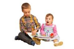 Häpen litet barnflicka vid en berättelse Arkivfoton