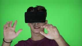 Häpen millennial man med VR-virtuell verklighetskyddsglasögon som tycker om fysisk simulering i cyberspace på chromatangent - lager videofilmer