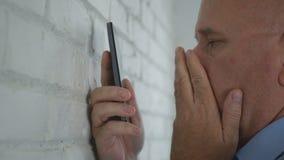 Häpen och förskräckt affärsman Reading en mobiltelefontext arkivbild