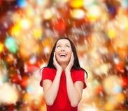 Häpen skratta ung kvinna i röd klänning Arkivbilder
