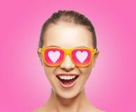 Häpen tonårig flicka i solglasögon Fotografering för Bildbyråer