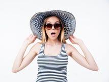 Häpen ung kvinna i hatt och solglasögon Royaltyfria Bilder
