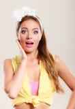 Häpet förvånat stift upp flicka med den öppna munsneda bollen Arkivbild