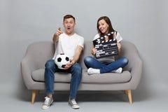 Häpna fotbollsfan för parkvinnaman hurrar upp det favorit- laget för service med fotbollbollen som pekar fingret som rymmer klass royaltyfri fotografi